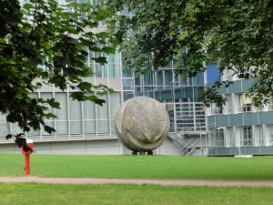 Skulptur_vor_dem_Oberlandesgericht_-_panoramio